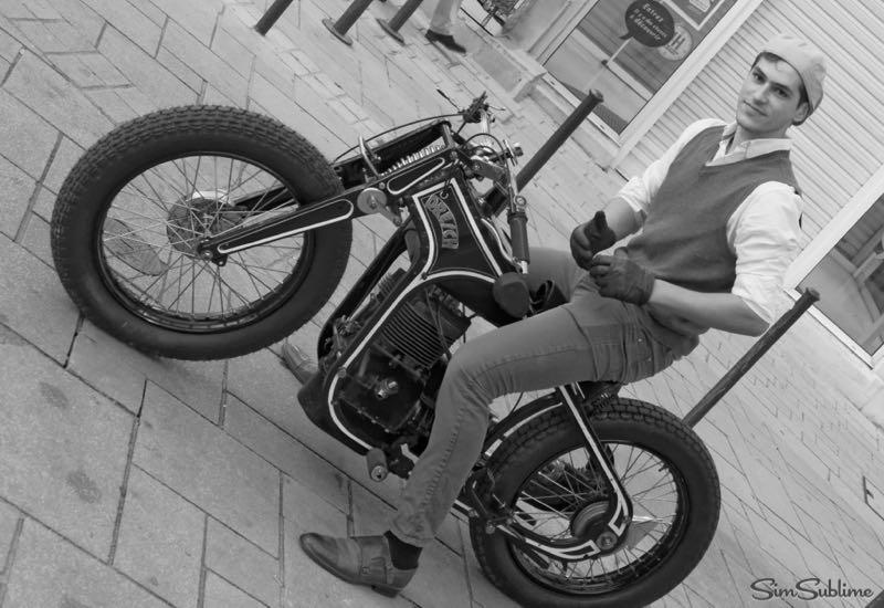 jeune motard au circuit