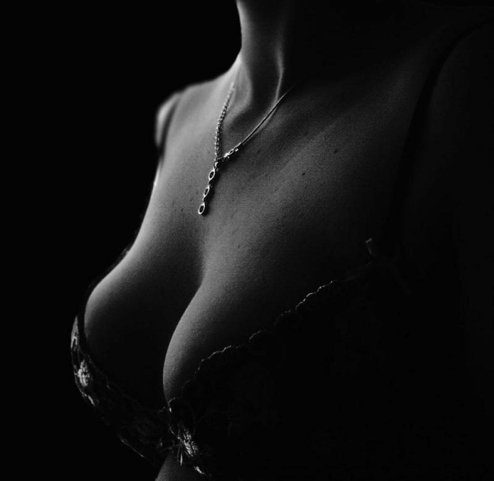 lingerie-decollete-574354_1920